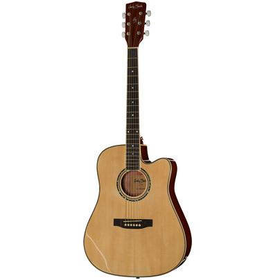 En dreadnoght guitar i lyst træ med hvid baggrund