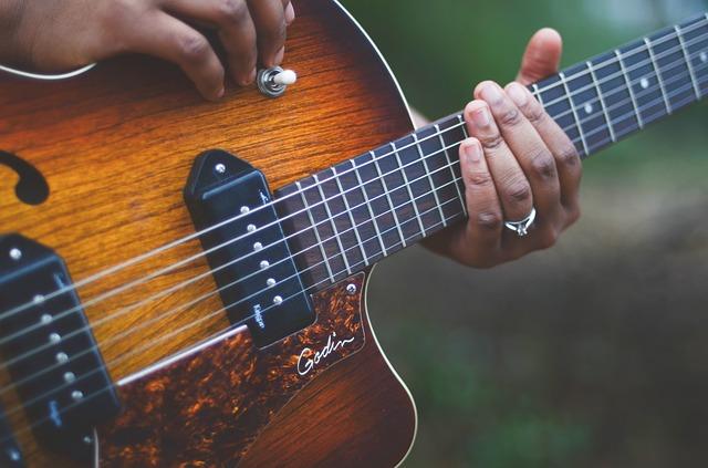 Et billede af en ældre hollowbody guitar, som har P90 pickups i.
