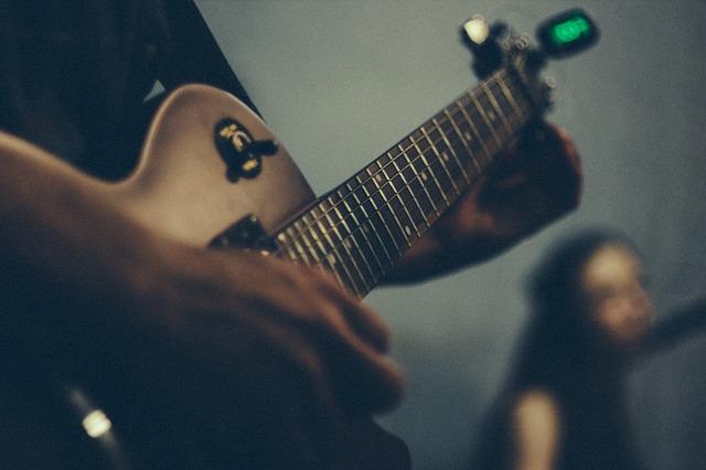 En der stemmer sin guitar med en tuner
