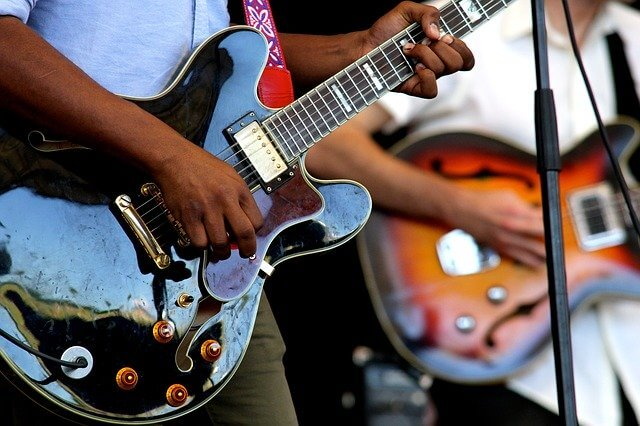 Musikere spiller sammen